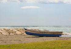 Liten fiskebåt på spanjorstranden Royaltyfria Bilder