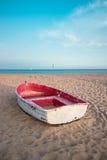 Liten fiskebåt på stranden och den blåa himlen Fotografering för Bildbyråer