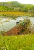 Liten fiskebåt som förtöjas på en brygga, Harris, Skottland Royaltyfri Bild