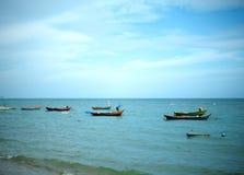 Liten fiskebåt som parkeras på kusten och vågorna royaltyfria foton