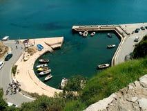Liten fiskebåtmarina i Montenegro Arkivbilder