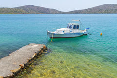 Liten fiskebåt på segla utmed kusten av Crete Arkivbilder