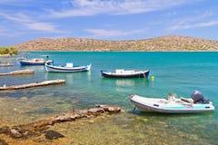 Liten fiskebåt på segla utmed kusten av Crete Fotografering för Bildbyråer