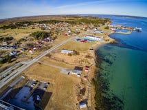 Liten fiskestad, norsk ö, scenisk flyg- sikt Fotografering för Bildbyråer