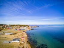 Liten fiskestad, norsk ö, scenisk flyg- sikt Royaltyfri Bild