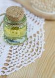 Liten flaska av skönhetsmedelolja Royaltyfri Fotografi