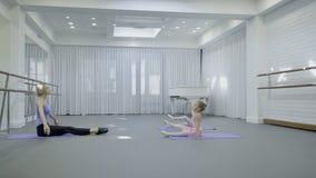 Liten flickaövning med läraren i balettstudio stock video