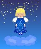 Liten flicka - ängel i natthimlen ovanför molnen Arkivfoto