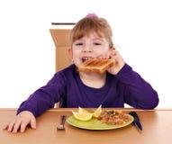 Liten flicka äter rostat brödbröd och tonfiskfisken Royaltyfri Foto