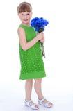 Liten flicka av blommor. fotografering för bildbyråer