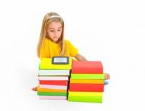 Liten flicka bokar och eBook Arkivbild