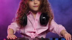 Liten flicka dj som spelar på vinyl Kulör rök, ultrarapid lager videofilmer