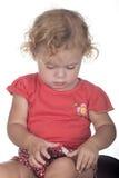 Liten flicka eller litet barn med en murbruk på hennes ben Royaltyfria Bilder
