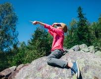 Liten flicka för Ð-¡ ute som pekar riktningshanden upp i berg arkivfoton