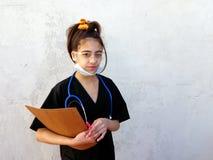 Liten flicka framtida läkarundersökning, professionell, Royaltyfri Foto