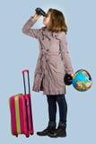 Liten flicka förbereder sig att resa Arkivfoton