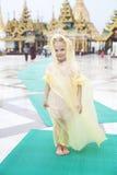 Liten flicka går runt den Shwedagon pagodaen royaltyfri bild