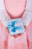 Liten flicka gåva i hans hand Royaltyfria Bilder