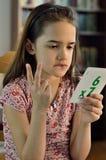 Lite latinamerikansk flicka som gör MAth Arkivbild