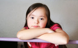 Liten flicka har gyckel Royaltyfri Bild