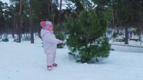 Liten flicka i de vinterskoglekarna och leendena arkivfilmer