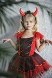 Liten flicka i den halloween dräkten Arkivfoton