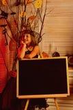 Liten flicka i den halloween skolan Kommet till skolan på halloween Liten flicka i häxahatt Frigör kvasten med flygkurser royaltyfri fotografi