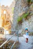 Liten flicka i den StHillarion slotten i norr Cypern royaltyfri fotografi