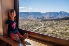 Liten flicka i den Teide nationalparken Arkivfoto