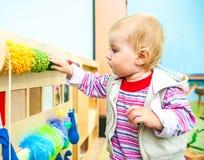 Liten flicka i den tidiga utvecklingen för klassrum Fotografering för Bildbyråer