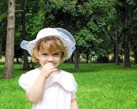 Liten flicka i den vita klänning- och hattvårsäsongen Royaltyfri Fotografi