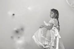 Liten flicka i den vita klänningen Arkivfoto