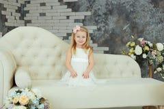 Liten flicka i den vita trendiga klänningen royaltyfria foton