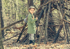 Liten flicka i den wood nära kojan Royaltyfri Bild
