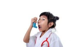 Liten flicka i doktors lag som inhalerar medicin Arkivfoton
