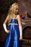 Liten flicka i en elegant blåttklänning Royaltyfri Fotografi