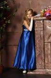 Liten flicka i en elegant blåttklänning Arkivfoto
