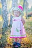 Liten flicka i en hatt Arkivfoton