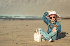 Liten flicka i en hatt på stranden Royaltyfri Bild
