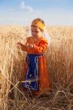 Liten flicka i en nationell armenisk klänning arkivbild