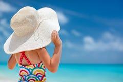 Liten flicka i en stor vit hatt Royaltyfri Bild