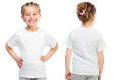Liten flicka i en vit T-tröja Arkivbild