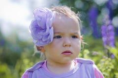 Liten flicka i ett fält Arkivfoto