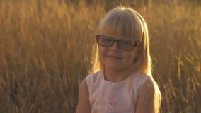 Liten flicka i exponeringsglas på solnedgången lager videofilmer