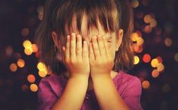 Liten flicka i förväntan av ett julmirakel och en gåva Arkivbilder