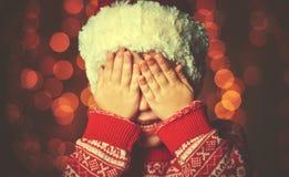 Liten flicka i förväntan av ett julmirakel och en gåva arkivfoto