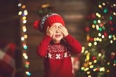 Liten flicka i förväntan av ett julmirakel och en gåva royaltyfri fotografi