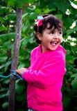 Liten flicka i fruktträdgård Arkivbilder