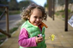 liten flicka i grönt le för västkörningar royaltyfria foton