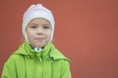 Liten flicka i grönt omslag och hatt Royaltyfri Bild